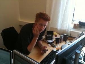 Jocke beskymrad över att han inte får igång iPhonen som puck via blåtanden