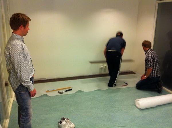 Falken, Andreas och Cederlöf lägger nytt golv. Ja, iallafall de två sistnämnda